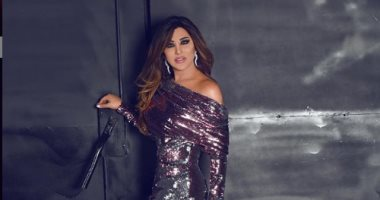 نجوى كرم تمطر سماء بيروت برسائل الحب من طائرة هليكوبتر.. فيديو
