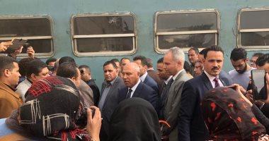 شاهد.. وزير النقل يبدأ جولاته بتفقد محطة مصر وورش صيانة القطارات