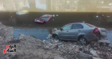 صور..سقوط 3 سيارات ملاكى فى ترعة المريوطية بعد اصطدامهم بميكروباص بفيصل