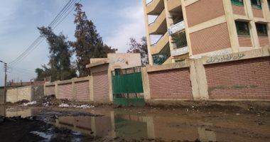 صور.. اضبط مخالفة.. مياه الصرف تغرق مدرسة ابتدائى بالشرقية