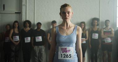 """صورة جديدة لـ إيلى فانينج من أمام أحد بوسترات فيلمها الجديد """" Teen Spirit"""""""