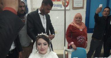 صور.. عريسان يتوقفان بموكب زفافهما للمشاركة فى حملة 100 مليون صحة بالشرقية