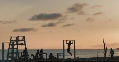 """رياضة وسما وبحر.. عامل بناء يحول قمامة الشاطئ إلى """"جيم"""" مجانى ..صور"""