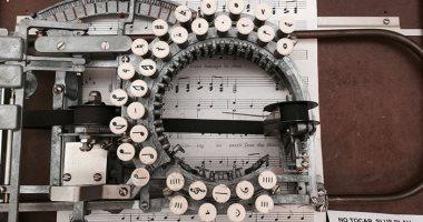 شوفتها قبل كده.. أشهر آلة كاتبة للنوتة الموسيقية منذ 66 عاما.. صور