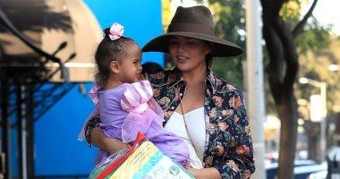 صور.. كريسى تيجان مع ابنتها فى شوارع هوليوود
