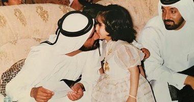 قصة صورة.. نجلة الشيخ محمد بن راشد فى طفولتها مع والدها