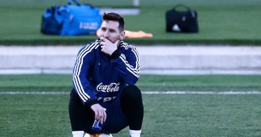 ميسي يكتفى بمشاهدة زملائه فى تدريب الأرجنتين.. فيديو وصور
