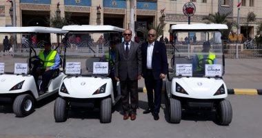 صور.. السكة الحديد تبدأ تشغيل سيارات جولف بمحطة مصر لنقل كبار السن مجانا