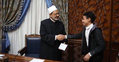 الإمام الأكبر يكرم الأطفال المشاركين بفعاليات مجلة نور فى معرض القاهرة للكتاب