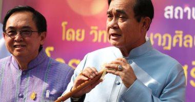رئيس وزراء تايلاند يعزف بالناى مع كورال أطفال فى أول جلسة له عقب إعادة انتخابه
