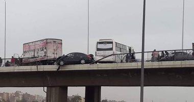أوناش المرور ترفع حطام حادث تصادم 3 سيارات بالطريق الدائرى اتجاه المعادى