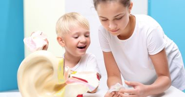 5 علامات لو ظهرت على طفلك بتقولك عنده التهاب فى الأذن الوسطى