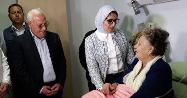 صور.. وزيرة الصحة تزور المناضلة البورسعيدية زينب الكفراوي