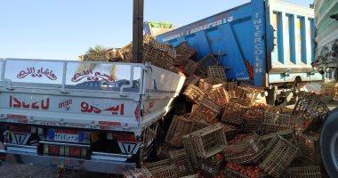 صور.. كثافات مرورية إثر انقلاب سيارة محملة بالطماطم على طريق الفيوم الصحراوى