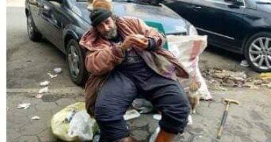 """""""إحنا معاك"""".. قارئة تشارك لرجل بلا مأوى بشارع الطيران بمحافظة القاهرة"""