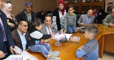 صور..محافظ شمال سيناء يمنح 10تأشيرات حج بالقرعة العلنية لـ10 مسنين بالمحافظة
