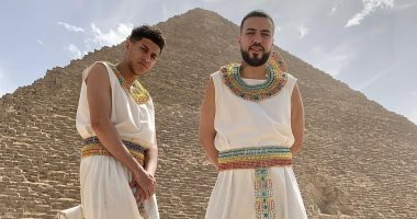 نجم الراب الأمريكى فرنش مونتانا يحتفى بزيارته لمصر بصورة أمام الأهرامات