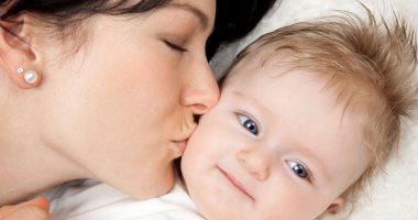 الحمى الغدية..كيف تنقل المرض لطفلك من خلال قبلة