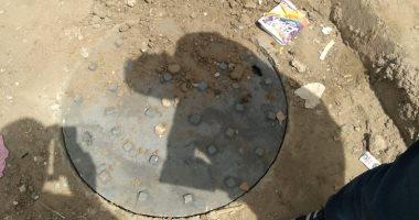 استجابه لصحافة المواطن.. شركة المياه تغطى بالوعات صرف بالمحلة والسنطة
