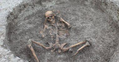 العثور على 26 هيكلا عظميا لأشخاص ماتوا منذ 3 آلاف سنة فى إنجلترا