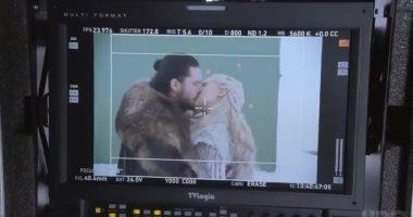 """بطل Game Of Thrones يتظاهر بـ""""الترجيع"""" بعد تقبيل إيميليا كلارك.. فيديو"""