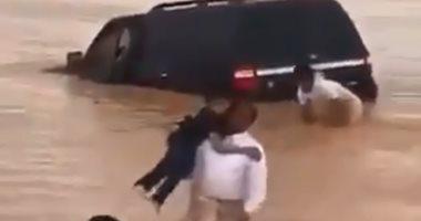 """موقف إنسانى.. شباب سعودى ينقذون عائلة جرفت السيول سيارتهم.. """"فيديو"""""""