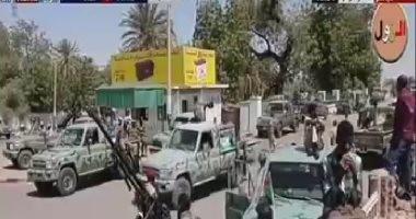 قوات الدعم السريع بالسودان تحاول إزالة الحواجز أمام مقر قيادة الجيش