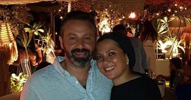 """زوجة حازم إمام: تعرفنا على بعض بسبب """"ملجأ"""".. وزعلت لما معجبة شدته وقبّلته"""