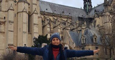 أسرة توثق بالصور زيارتها لكاتدرائية نوتردام خلال رحلة لباريس