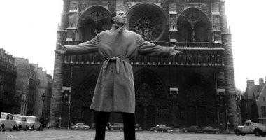 من أيام الأبيض والأسود..نجوم التقطوا صور أمام كاتدرائية نوتردام في باريس