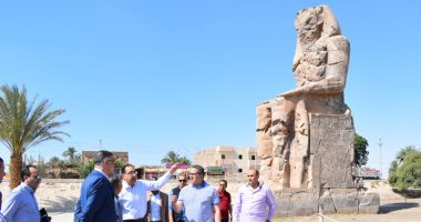 رئيس الوزراء يستمع لشرح حول تطوير محيط تمثالى ممنون بغربى الأقصر