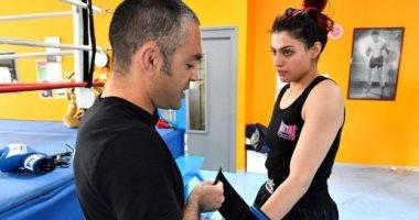 فتاة إيرانية تخشى العودة لوطنها بسبب مباراة ملاكمة.. وطهران تطاردها بأمر اعتقال