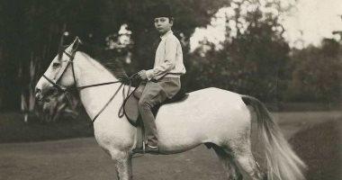 صورة نادرة.. الملك فاروق يركب حصانه وعمره 12 عاما