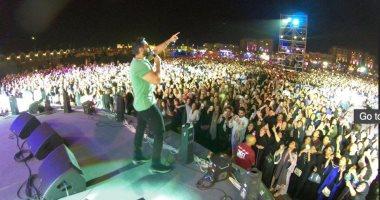 فيديو.. تامر حسنى يسجل أعلى نسبة حضور فى حفلات الرياض بـ100 ألف شخص