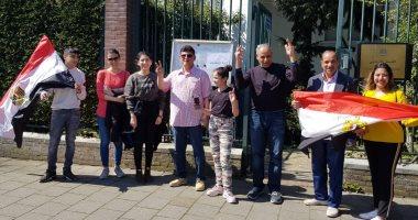 صور.. المصريون بهولندا يتوافدون على السفارة بأعلام مصر للتصويت على الاستفتاء