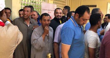 هتافات الجالية المصرية بالكويت للرئيس السيسى .. واقبال على الاستفتاء