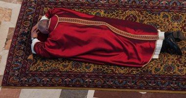 """صور.. البابا فرانسيس يقود قداس الجمعة العظيمة تحت عنوان """"فقراء العالم"""""""