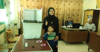 صور.. زوجة الشهيد أحمد الشبراوي تدلى بصوتها: نعم للدستور لاستقرار مصر