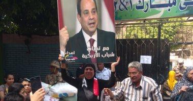 مواطنون يحملون صور الرئيس السيسي أمام لجان الاستفتاء بالوراق وبشتيل.. صور