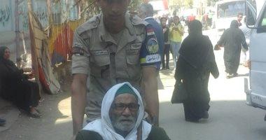 صور.. رجال الجيش والشرطة يساعدون الناخبين خلال مشاركتهم فى الاستفتاء