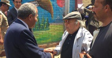 فيديو وصور.. وزير التموين يصافح المواطنين عقب الإدلاء بصوته فى الاستفتاء