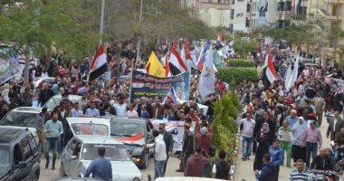 مسيرة حاشدة بجامعة المنصورة للحث على المشاركة فى الاستفتاء على الدستور