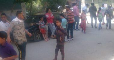 أطفال يحتفلون أمام للجان الاستفتاء على تعديلات الدستور بالجيزة..صور