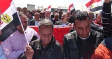 مسيرة حب مصر لعمال الوطنية للتكرير خلال مشاركتهم الاستفتاء.. فيديو