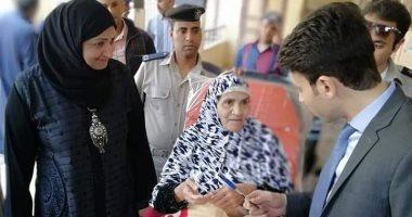 صور.. سيدة بالقليوبية تصر على المشاركة بالاستفتاء رغم مرضها: أفدى مصر بروحى