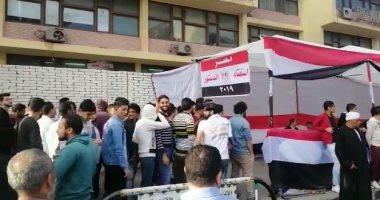 فيديو.. طوابير المواطنين أمام الجامعة العمالية للمشاركة فى استفتاء الدستور