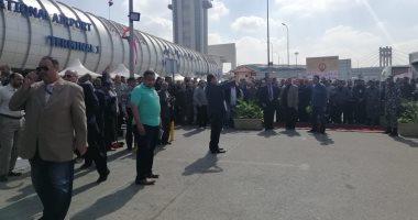 صور.. إقبال العاملين المغتربين على لجان مطار القاهرة للتصويت فى الاستفتاء
