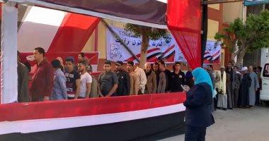 طوابير المواطنين تحتشد أمام مدارس عابدين للمشاركة فى الاستفتاء