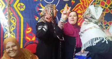 """فيديو وصور.. فرحة المواطنين..  شاهد """"زغاريد"""" داخل لجان الاستفتاء فى الإسكندرية"""