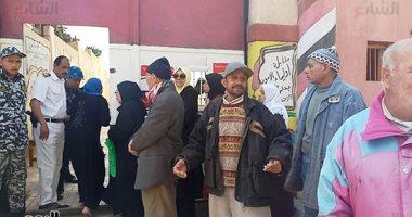 صور.. إقبال كبار السن على لجان الجمرك بعد فتح اللجان بالإسكندرية